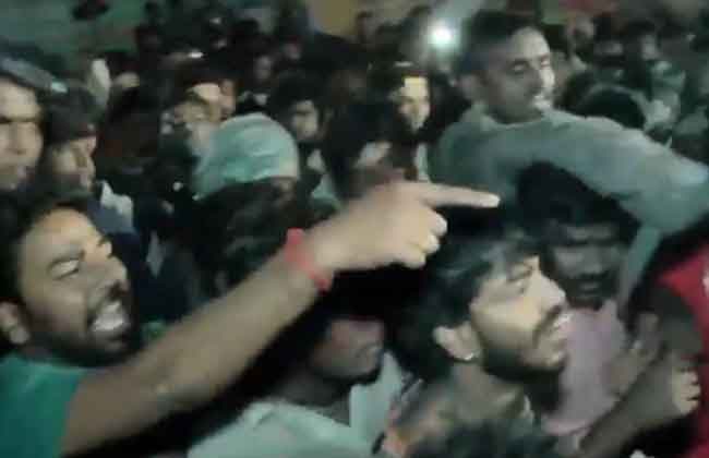 Fight Between Rajinikanth and Ajith Fans in Chennai-10TV