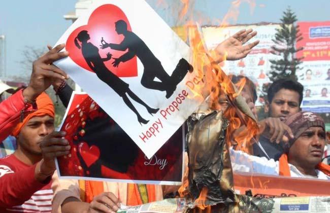 bajrang dall warnings in Valentine's Day