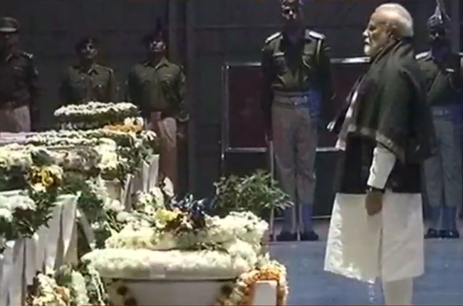 pm modi solid tribute to the war dead jawans