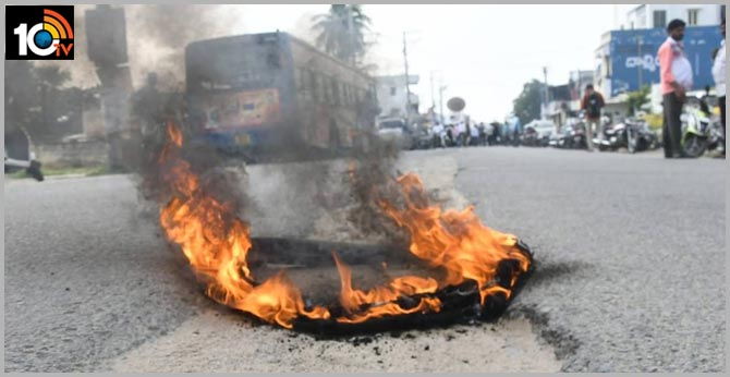 AP Amaravati Farmers Protest Fourth Day Tires burned, Vehicles parked on the roads