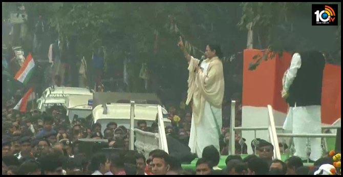 Don't fear anybody, I'm always by your side, Mamata Banerjee tells students protesting against CAA