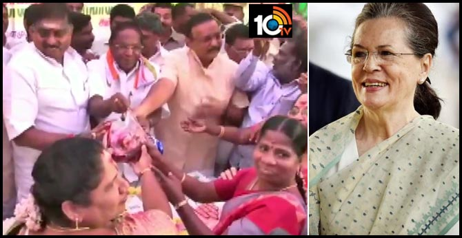 Puducherry CM Narayanasamy gifted 1 kg of onion each to party workers today