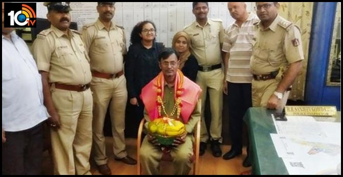 bengaluru police auto driver returned abag full of money police honored this amount was so much