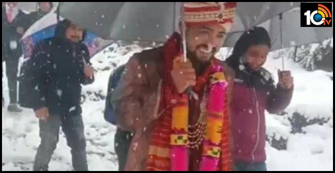A groom travelled four km on foot to reach the bride's home
