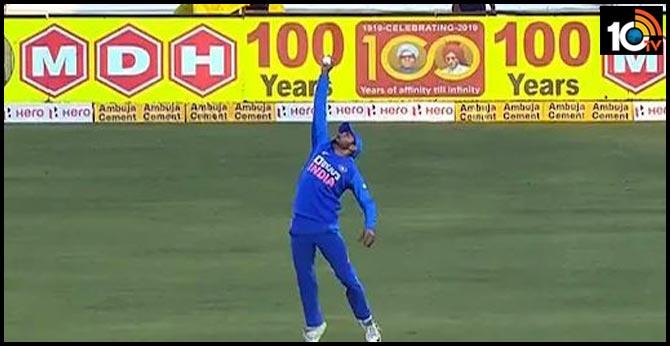 India vs Australia: Manish Pandey Takes One-Handed Stunner To Dismiss David Warner In 2nd ODI