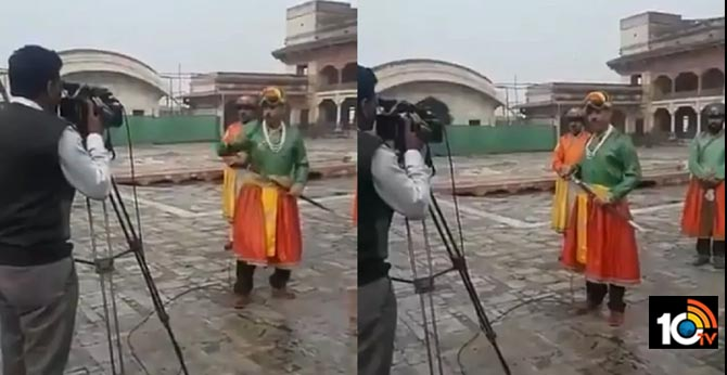Pakistani Journalist Dresses Up As Royal Emperor To Report News, Hilarious Video Goes Viral