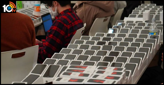 2,000 iPhones Given for Free to Passengers Aboard Coronavirus-Hit Cruise Ship Quarantined in Japan
