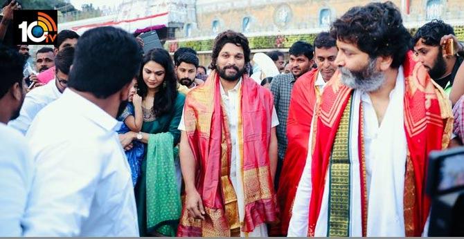 Stylish star Allu Arjun with family & Trivikram  seeks blessings at Tirupati