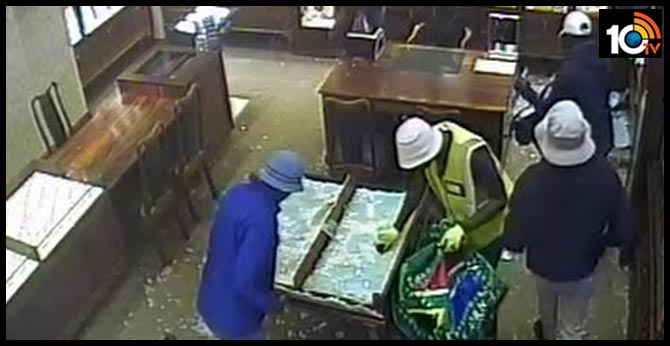 Thugs tried to robbery at a jewelery shop in Gandhinagar