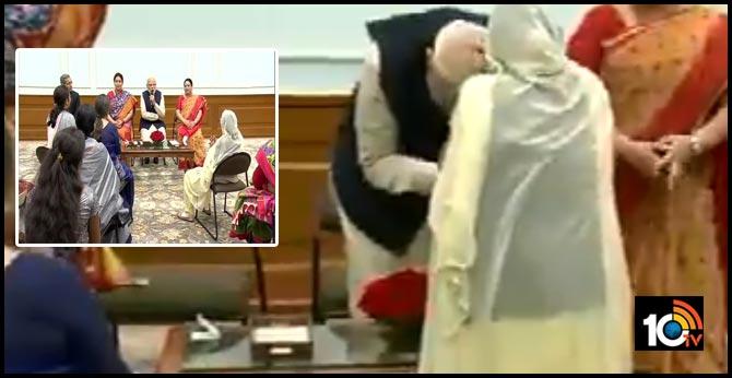 Prime Minister Narendra Modi seeks blessings of 103-year-old Mann Kaur who received the 'Nari Shakti Puraskar' today