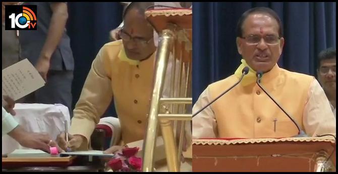 Bhopal: BJP's Shivraj Singh Chouhan takes oath as the Chief Minister of MadhyaPradesh, at Raj Bhava