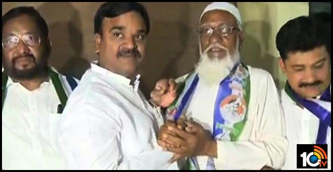 Subhan Bhasha, senior leader of the minority who resigned from the TDP, joined the YCP