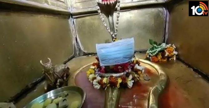 Coronavirus : Varanasi temple priest puts face masks on Lord Vishwanath's Idol
