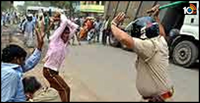 Cop thrashed with by his own lathi