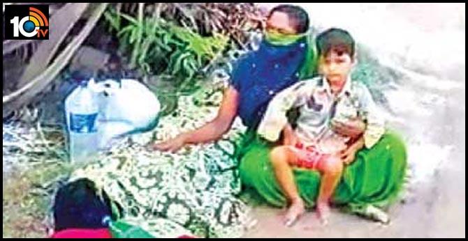 corona fever Wife with husband's body beside the road In vijayawada