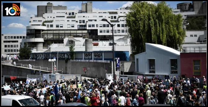 French healthcare workers fined at Paris hospital protest