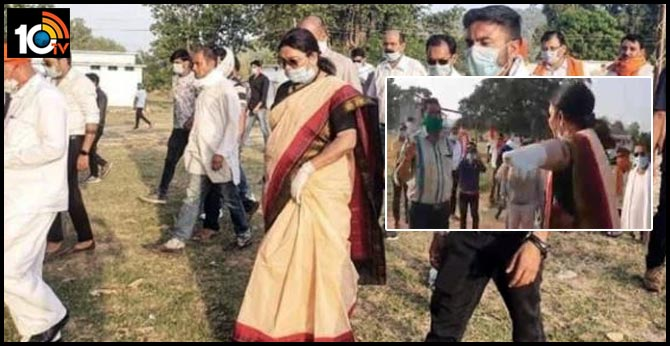 union tribal minister Renuka Singh warns officers at chattisgarh