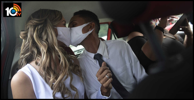 Brazilian couples marry at drive-thru ceremonies due to avoid covid-19