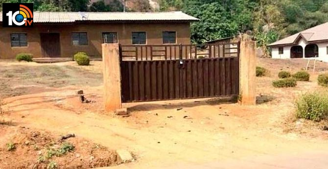 Weird pic of a house with locked gate but no fencing inspires hilarious memes