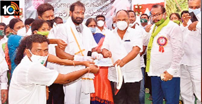 Mahabubnagar Farmer Gave The Check For Rythu Bandhu