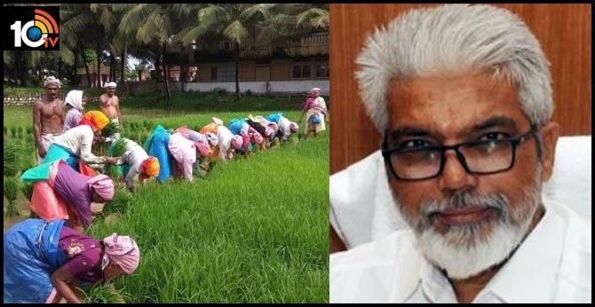 Maharashtra agriculture minister poses as farmer, raids fertilizer shop