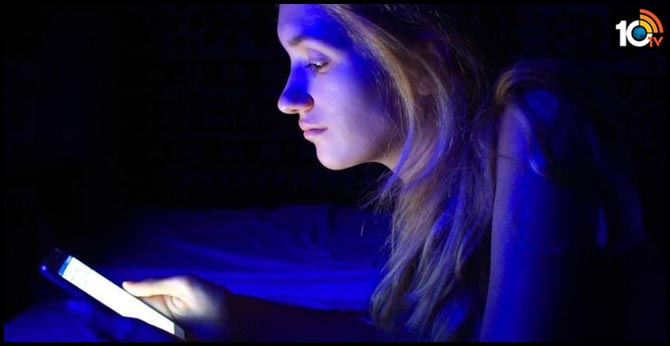 Staring At Your Phone At Night Could Make You Feel Depressed, Claim Researchers