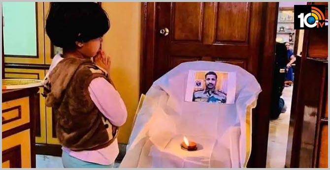 Galwan Valley Clash..9 Year Old Daughter  Abhigna, of Martyred Santosh Stands Before His Photo With Folded Hands, Heartbreaking Image