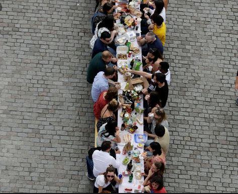 కరోనా భయం లేదంట… ఏకంగా విందు భోజనాలు చేసిన చెక్ రిపబ్లిక్