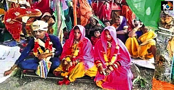 madhya-pradesh-man-marries-two-women-at-same-muhurtham-family-villagers-join-wedding-rituals