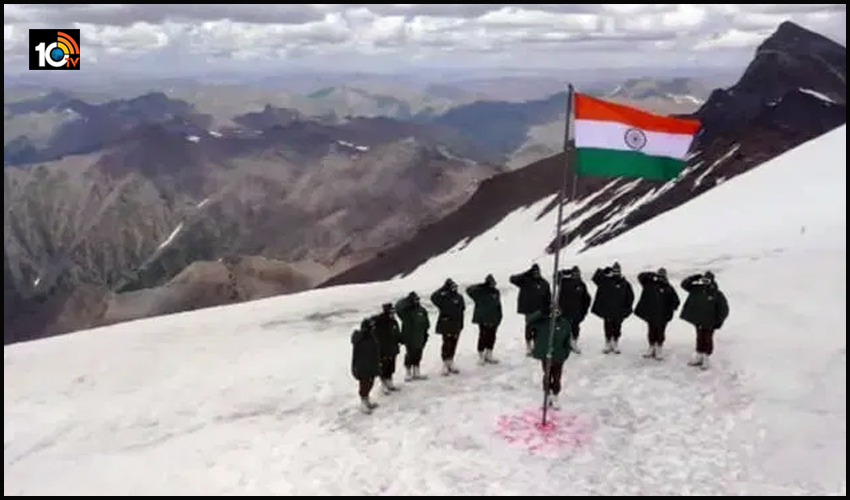 indian-soldiers-raise-the-flag