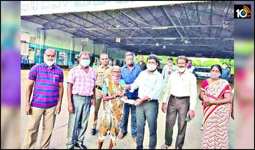 mahabubnagar-depot-rtc-bus-conductor-honestly-returns-old-womans-cash-and-gold-bag