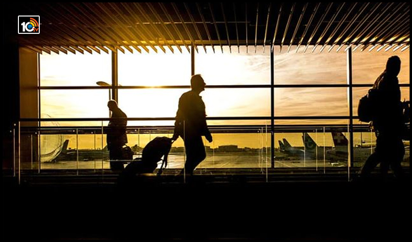 gujrat-cop-slaps-airline-staff-not-giving-boarding-pass-airport-in-ahmedabad-1